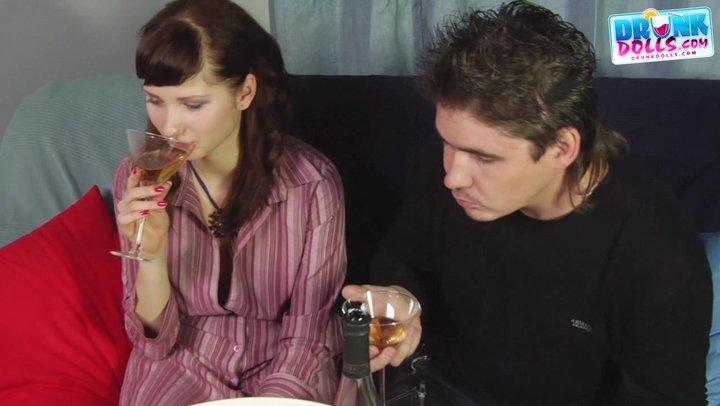 Видео : Накачали бухлом телку и вдвоем отымели красотку ...