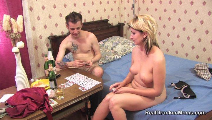 Порно мать играет в карты 57482 фотография