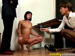 Девушка показывает вагину