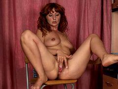 Рыжая женщина мастурбирует