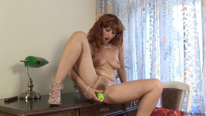 Зрелая мастурбирует на столе порно фото 629-450