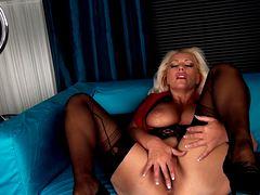 Зрелая блондинка мастурбирует
