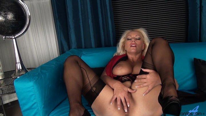 Блондинки мастурбируют перед камерой