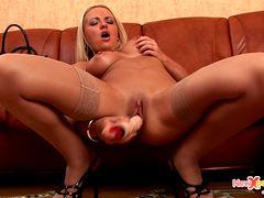 Девушка мастурбирует киску