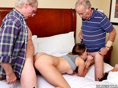 Два старика трахают девчонку
