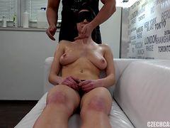 Агент делает массаж грудей телки в масле