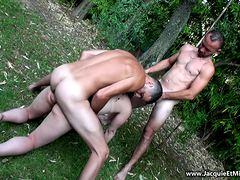 Милфа порется в два ствола с ханыгами в парке