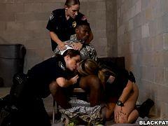 Полицейские трахают военного