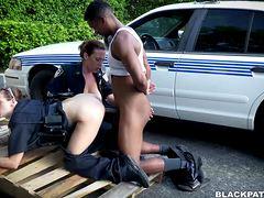 Секс полиции с негром на свежем воздухе