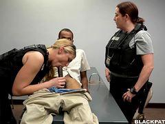 Лижет попки полицейским