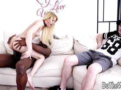 Негр дрючит блондинку на глазах мужа
