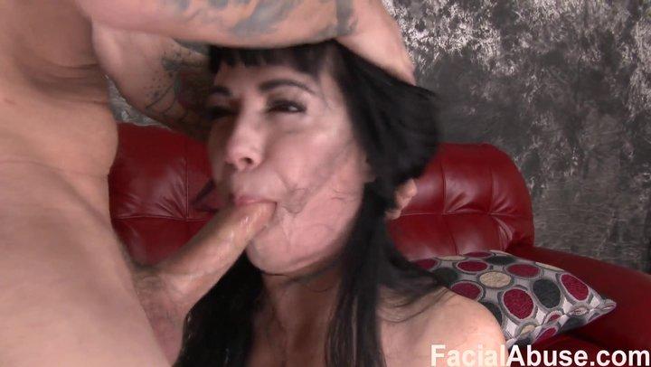Кормит жестоко в рот порно