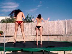 Лесбиянки из Украины занимаются сексом на батуте