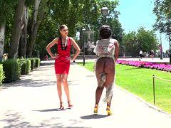 Негритянку выгуливают голой