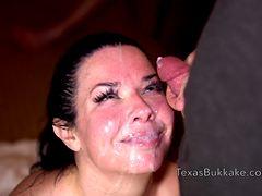 Брюнетка с дойками получает сперму на лицо
