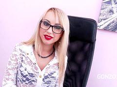 Блондинка из турагентства порется с неграми в офисе